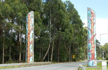 These big logs welcome everyone to Geeveston.